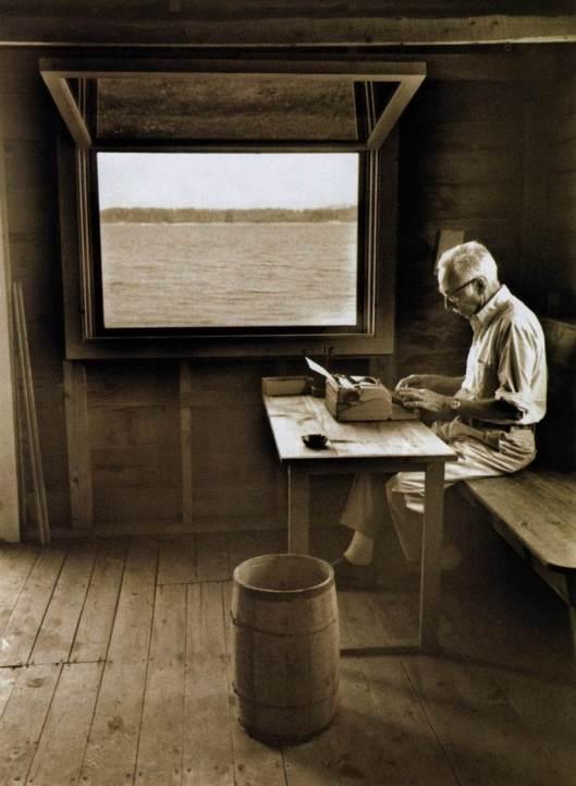El ensayista Elwyn Brooks White, coautor de Los elementos del estilo.